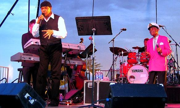 Grammy Award-winner Al Jarreau, who cited LH&R as an influence, performing with Hendricks in Toledo, Ohio.