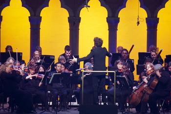 Conductor Pablo Heras-Casado leads the Orchestra of St. Luke's in the Prelude to Act III of Wagner's <em>Lohengrin</em>.