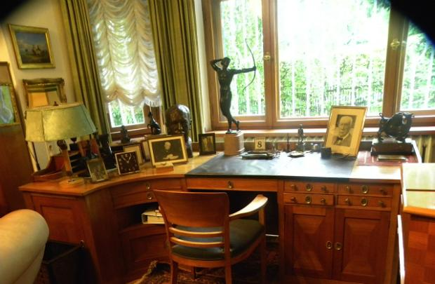 The cherrywood desk where Richard Strauss composed in Garmisch