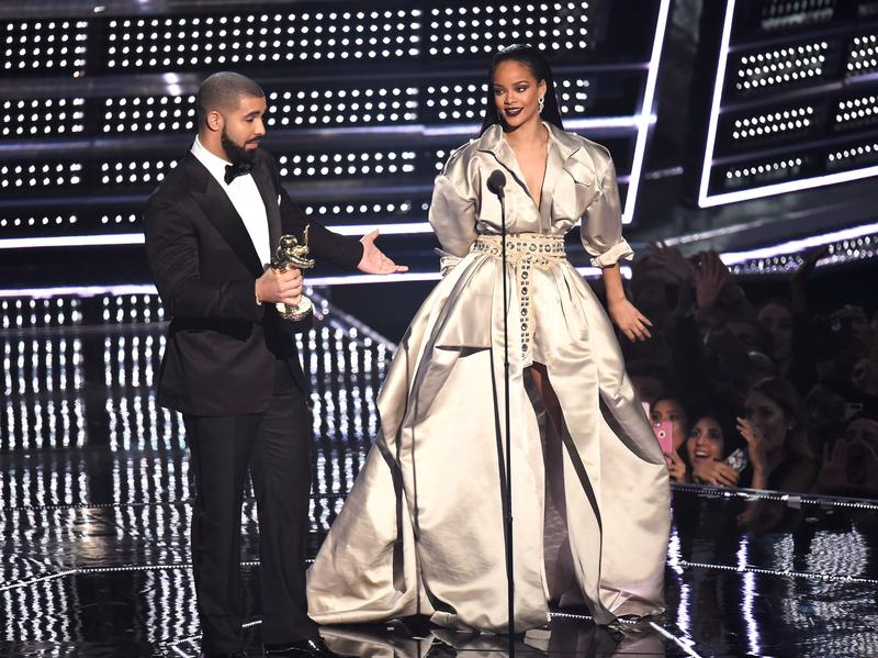Drake presents Rihanna with the the Video Vanguard Award during the 2016 MTV Video Music Awards.
