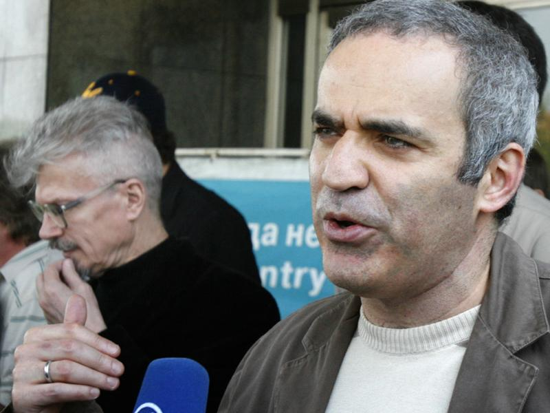 Garry Kasparov speaks to the media outside Moscow's Sheremetyevo airport on May 18, 2007, after Russian police released him from detention.