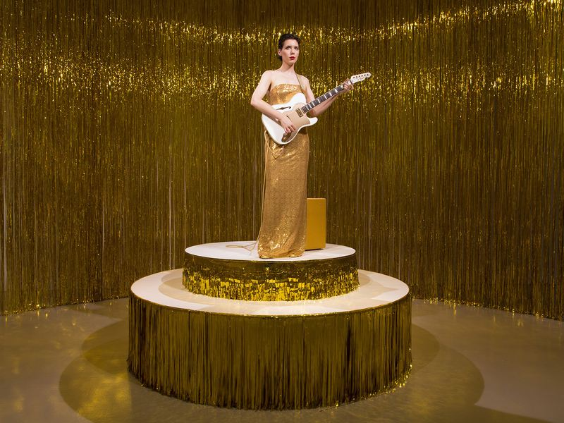 Ragnar Kjartansson's<em> Woman in E </em>takes place in a circular room built from a gold tinsel curtain. Unlike many of his works, <em>Woman in E</em> features real people, rather than films.
