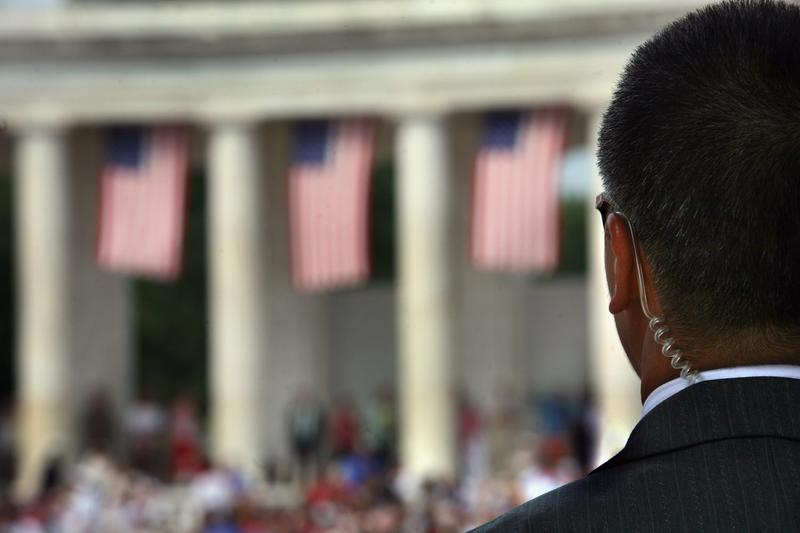 A Secret Service agent scans the crowd at the amphitheater of the Arlington National Cemetery on Memorial Day May 28, 2007 in Arlington, Va. (John Moore/Getty Images)