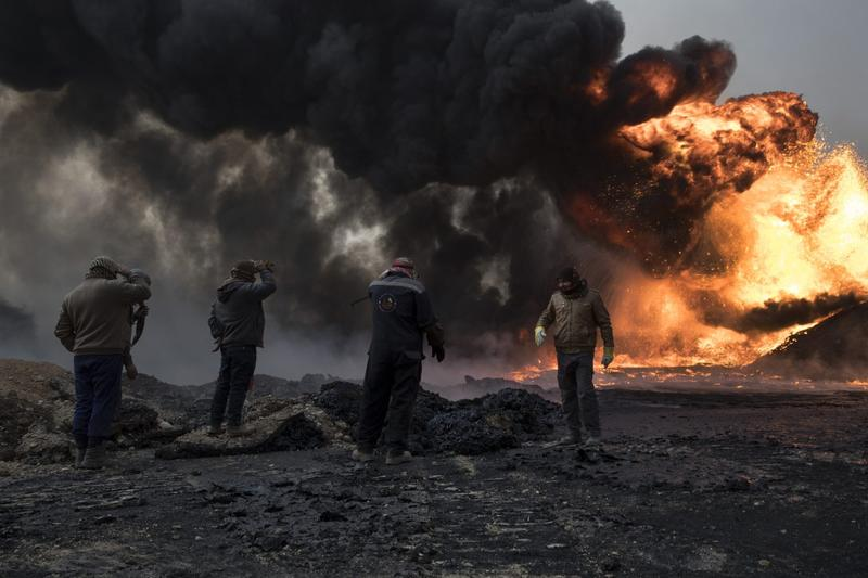 A fire set by the Islamic State at oil fields south of Mosul. (Tyler Hicks for The New York Times)