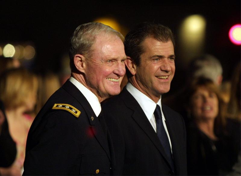 """Lt. Gen. Hal Moore (left) and actor Mel Gibson (right) arrive at the premiere of the movie """"We Were Soldiers"""" Feb. 25, 2002 in Westwood, Calif. (J. Emilio Flores/Getty Images)"""