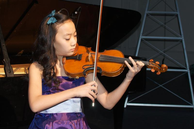 Violinist Elli Choi playing on stage