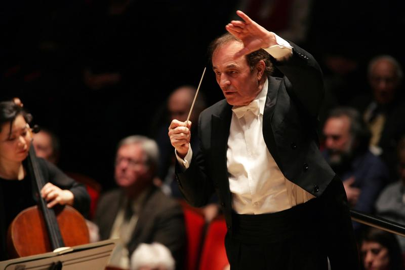 Charles Dutoit leads the Philadelphia Orchestra when he was chief conductor of the ensemble.
