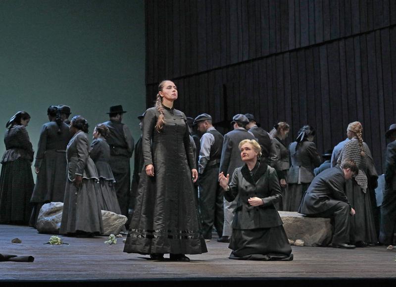 Oksana Dyka in the title role and Karita Mattila as Kostelnička in Janáček's Jenůfa.