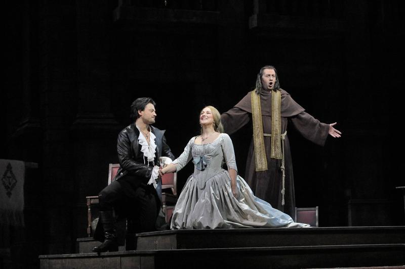 Vittorio Grigolo as Roméo, Diana Damrau as Juliette, and Mikhail Petrenko as Frère Laurent in Gounod's 'Roméo et Juliette'.