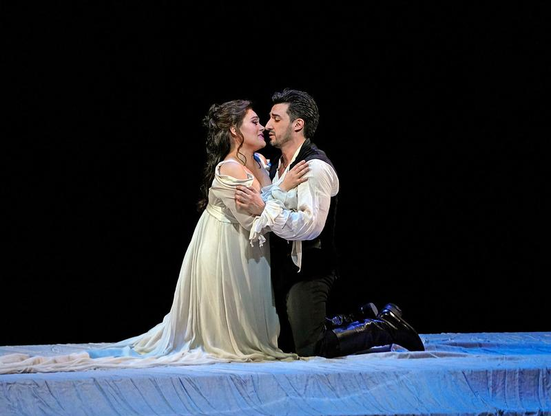 Ailyn Pérez as Juliette and Charles Castronovo as Roméo in Gounod's Roméo et Juliette.