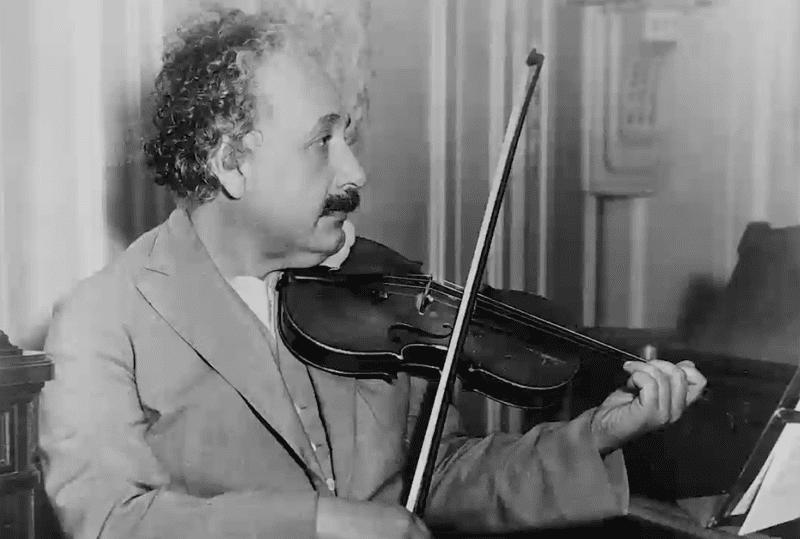 7 Kebiasaan Nyeleneh Albert Einstein Yang Katanya Mencerdaskan Otak