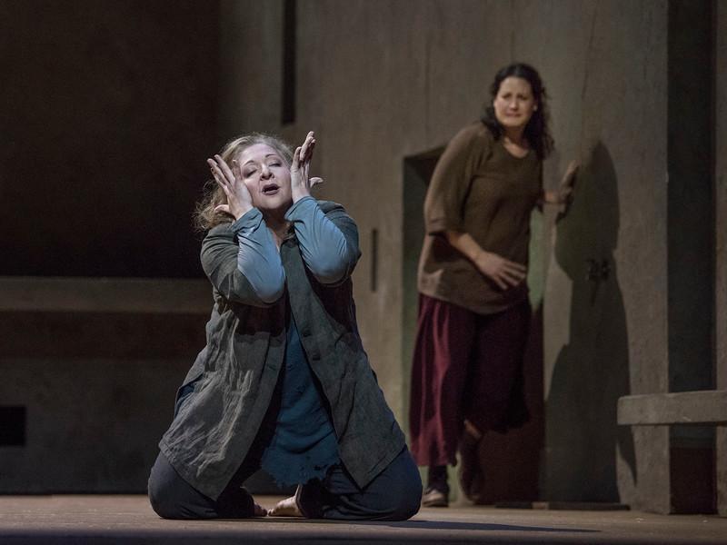 """Christine Goerke as Elektra and Elza van den Heever (background) as Chrysothemis in Strauss' """"Elektra."""""""