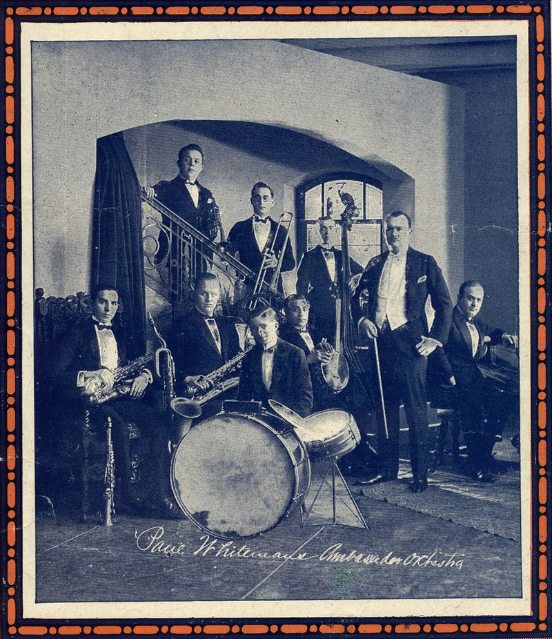 Paul Whiteman and his orchestra in 1921. Ferde Grofé is seated at the piano to the right.