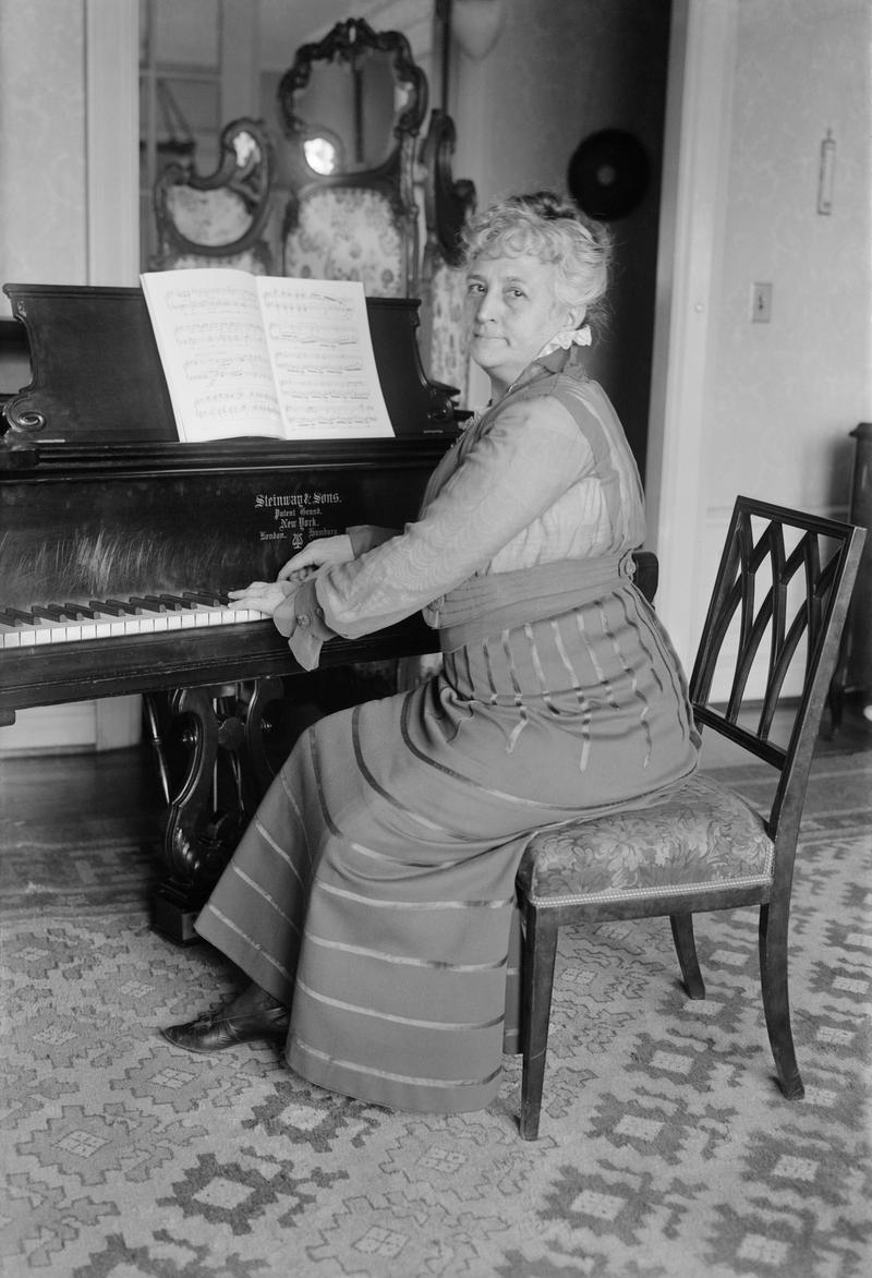 Teresa Carreño playing piano in 1917, her final year alive. Play on until the end!