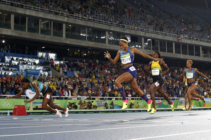 Shaunae Miller of the Bahamas (L) dives over the finish line to win the gold medal in the Women's 400m.