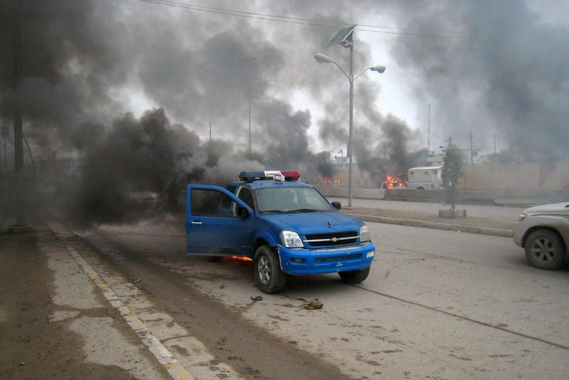 Smoke billows from a police car following clashes in the Iraqi city of Ramadi, West of Baghdad, on January 2, 2014.