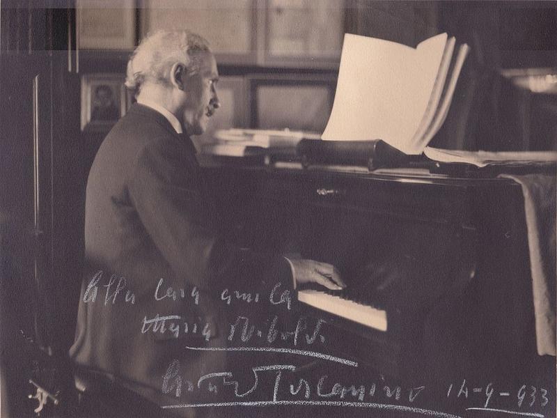 Arturo Toscanini at the piano (1933).