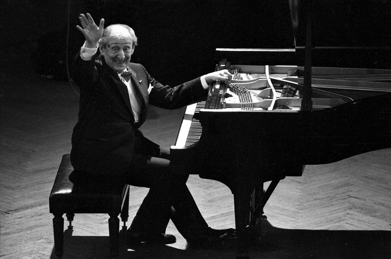 Pianist Vladimir Horowitz waves acknowledgement to a cheering audience in Moscow, April 20, 1986 where he gave his first formal concert in his homeland since leaving the Soviet Union 61 years ago.