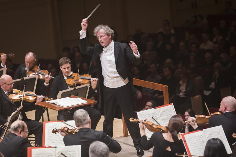 Franz Welser-Möst conducting the Cleveland Orchestra at Carnegie Hall in 2018.