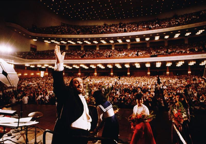 Luciano Pavarotti performs at the People's Assembly in Peking, China.
