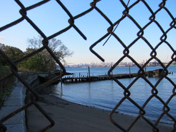 LUGARES ABANDONADOS-LUGARES OLVIDADOS (sitios fantasma en el mundo) 09_North_Brother_Through_Fence