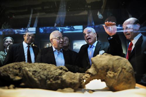 A replica of Tutankhamun's mummy (Photo by Stan Honda/AFP/Getty Images)